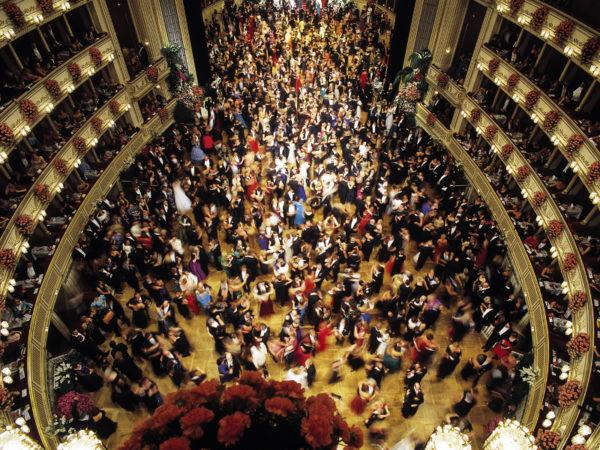 Opernball Jeweils im Februar findet in der Staatsoper der Opernball statt: Bühne und Parkett werden für eine Nacht zu einem großen Tanzboden umgebaut, mehr als hundert Debutantenpaare in langem Abendkleid bzw. Frack eröffnen den Ball in Anwesenheit des Bundespräsidenten mit einem Linkswalzer, und die Logen sind blumengeschmückt. Für sämtliche Aufführungen in der Staatsoper und für den Opernball sind möglichst frühzeitige Kartenbestellungen anzuraten.